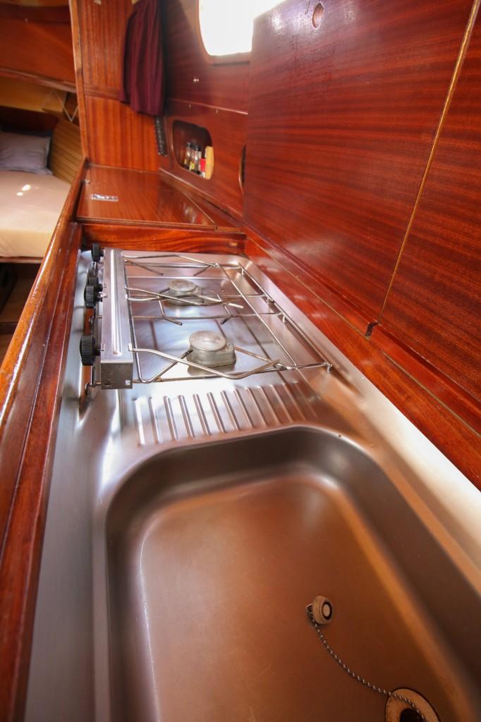 Pantry an Steuerbord mit Spüle, Gaskocher 2-flammig, mit Kühlfach & Kompressor (2016). Selbst Tieffrieren ist möglich.